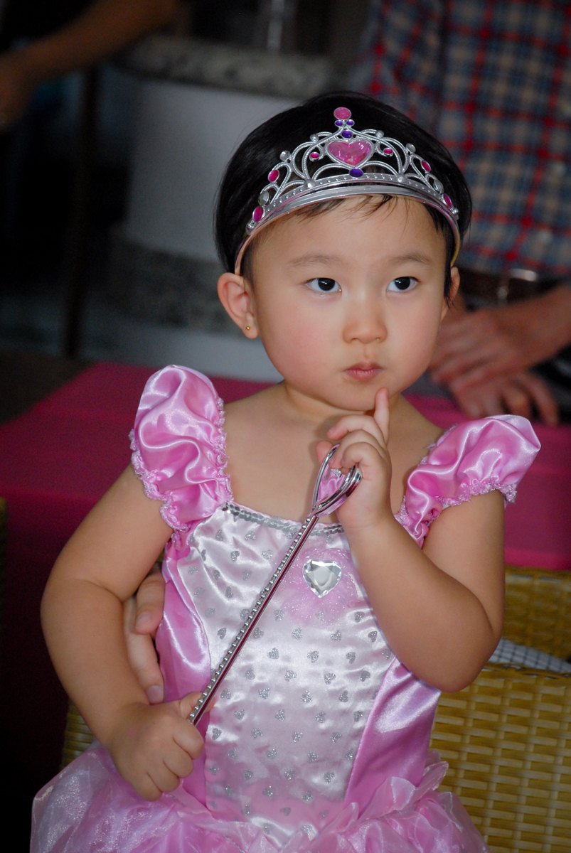 vestida de princesa para o parabéns no condominio vila mariana aniversario de nicole 3 aninhos tema da festa princesas