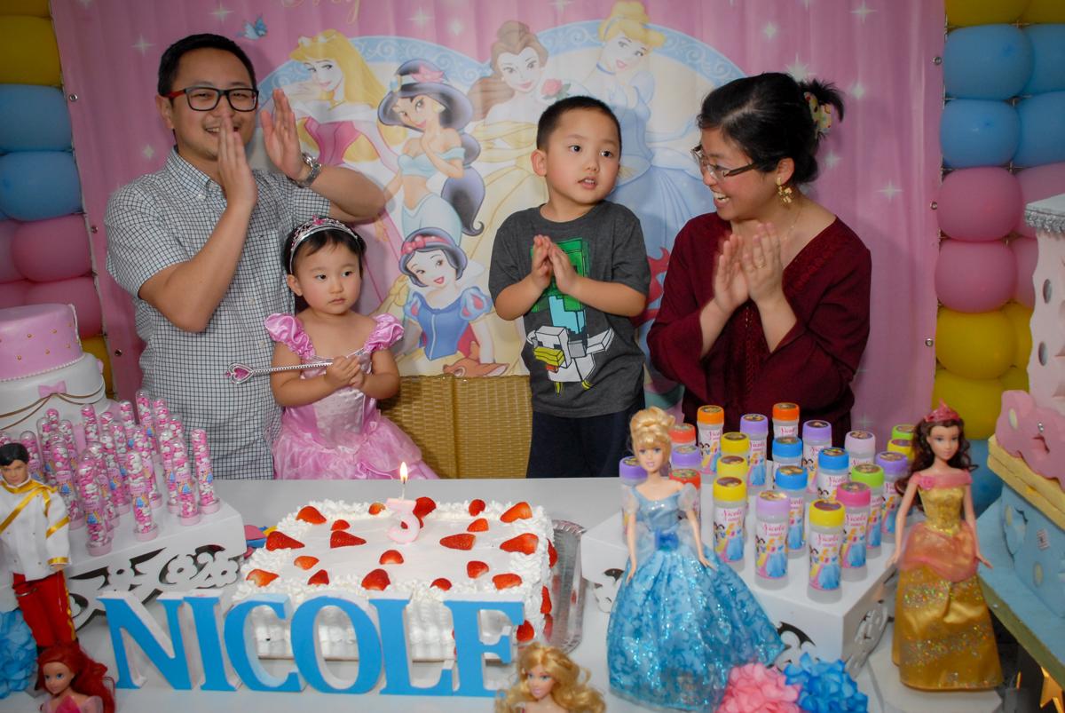 hora de cantar o parabéns no condominio vila mariana aniversario de nicole 3 aninhos tema da festa princesas