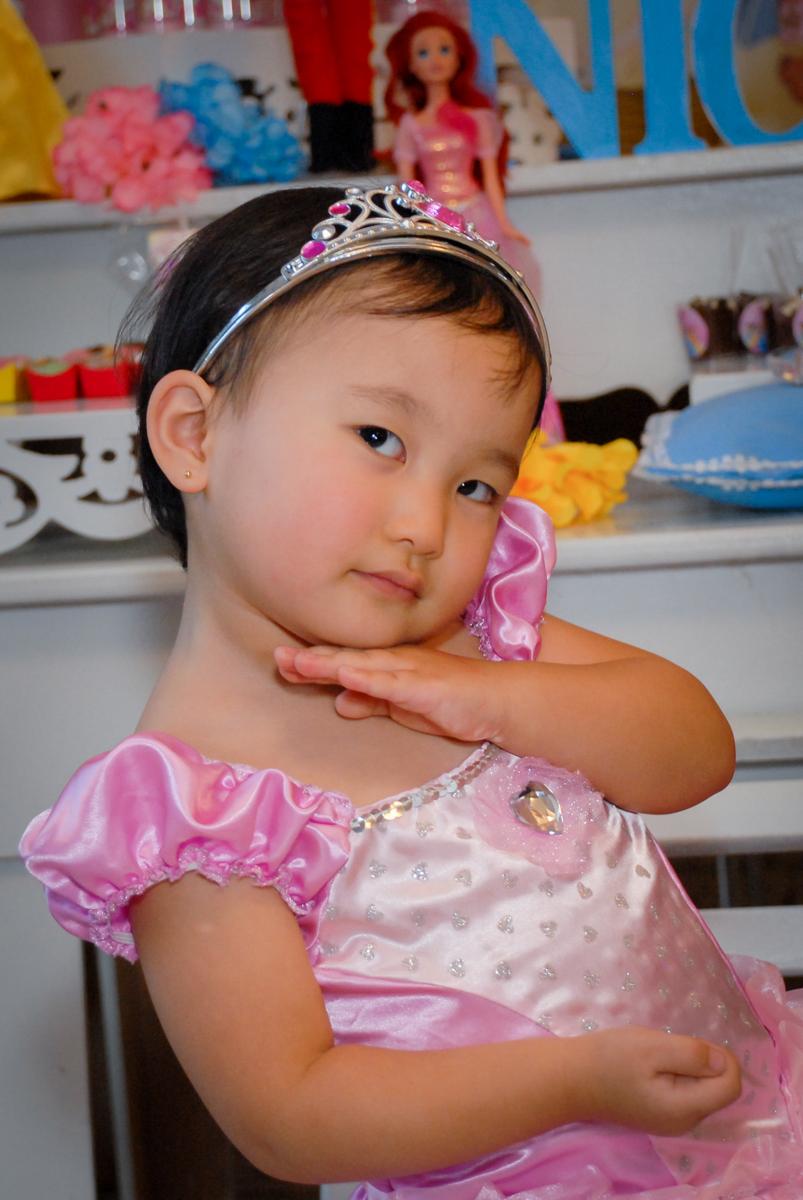 pose de princesa de foto no condominio vila mariana aniversario de nicole 3 aninhos tema da festa princesas