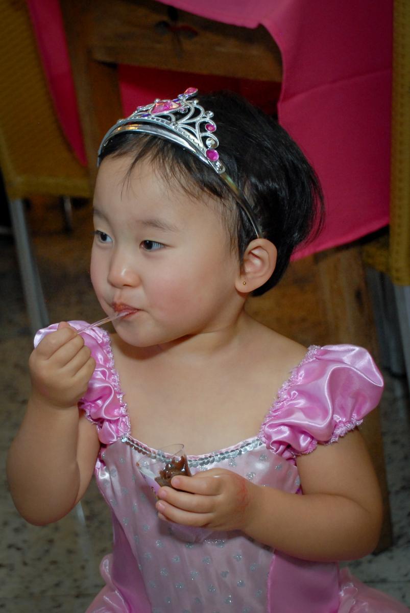 comendo docinho da festa no condominio vila mariana aniversario de nicole 3 aninhos tema da festa princesas