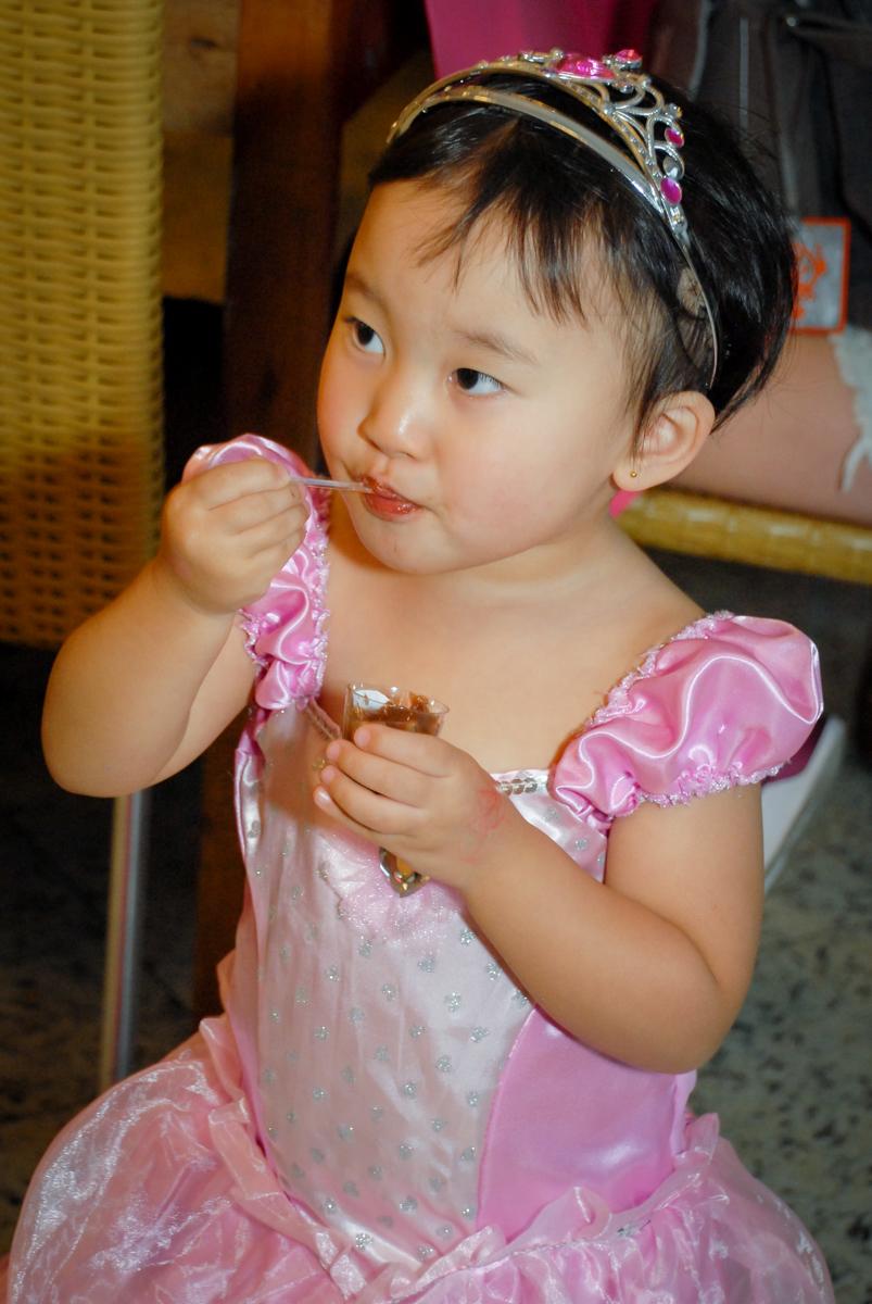 final da festa comendo doce no condominio vila mariana aniversario de nicole 3 aninhos tema da festa princesas