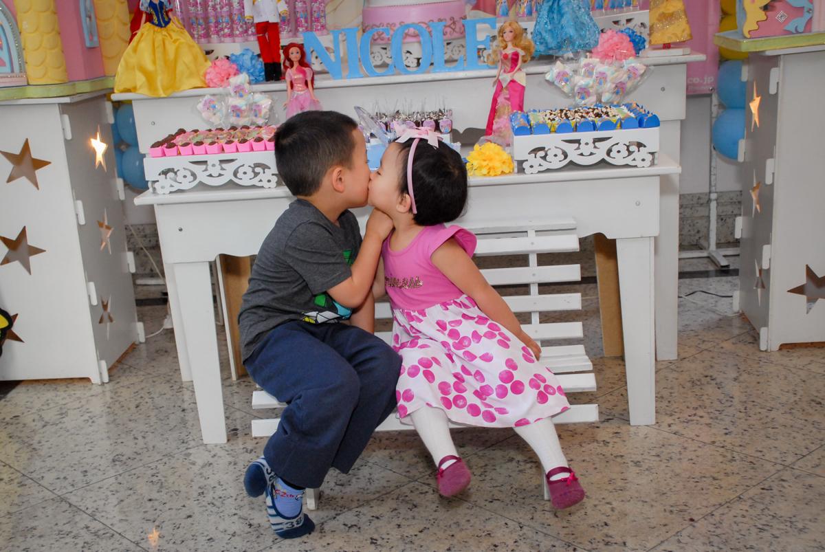 beijo gostoso do irmão no condominio vila mariana aniversario de nicole 3 aninhos tema da festa princesas