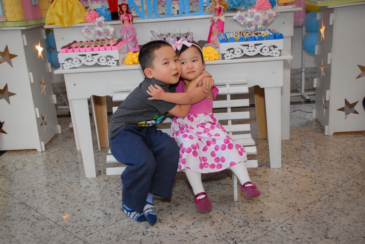 abraço gostoso dos irmãos no condominio vila mariana aniversario de nicole 3 aninhos tema da festa princesas