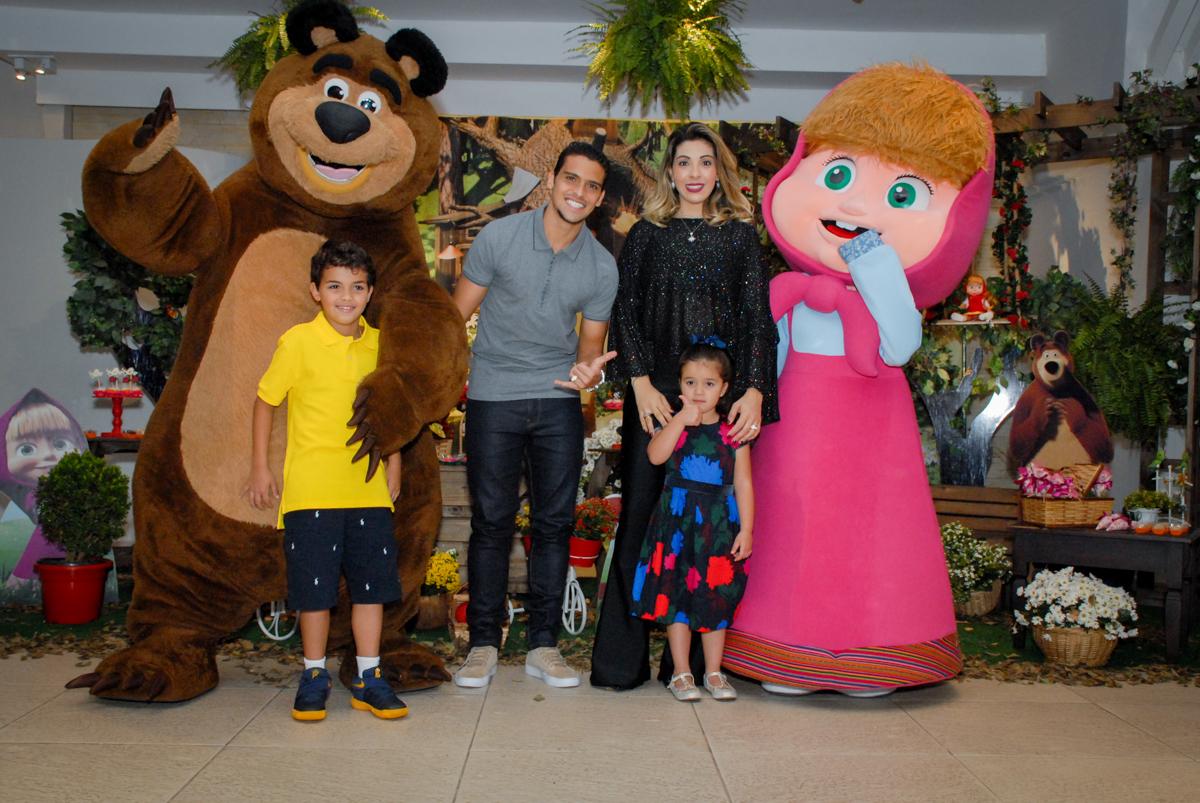 fotografia da familia em frente a mesa decorada no buffet villa 18 alphaville, sao paulo, aniversario de valentina 4 anos tema da festa masha e o urso
