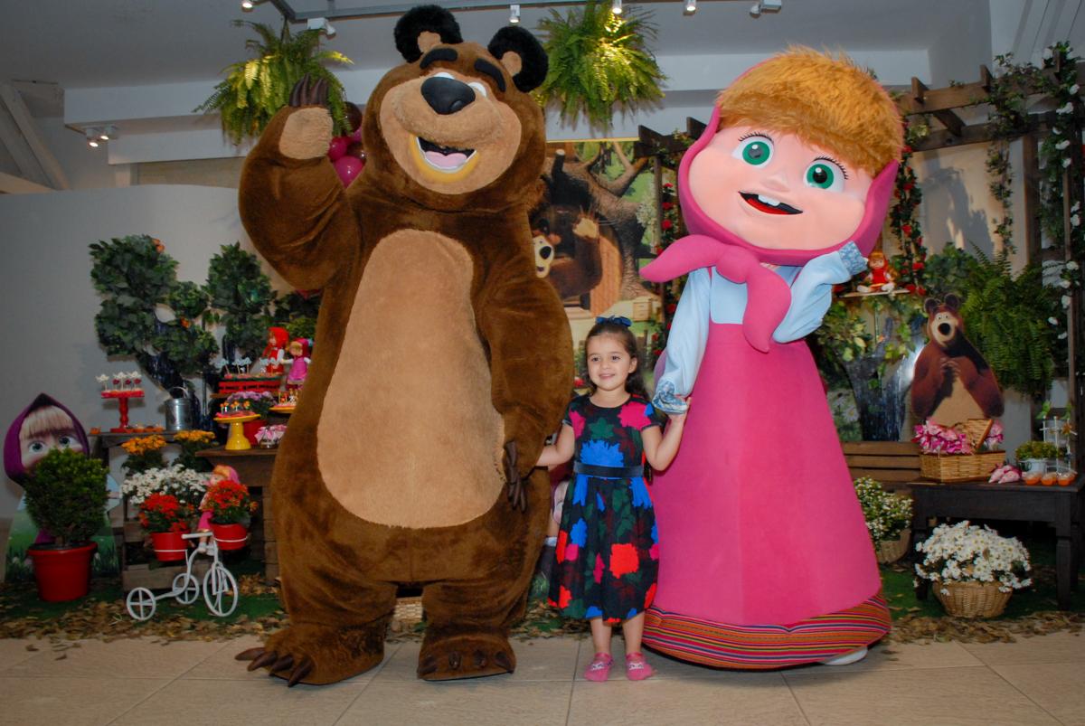 foto com os personagens no buffet villa 18 alphaville, sao paulo, aniversario de valentina 4 anos tema da festa masha e o urso