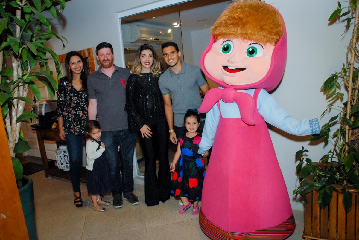 fotografia da família com os personagens no buffet villa 18 alphaville, sao paulo, aniversario de valentina 4 anos tema da festa masha e o urso