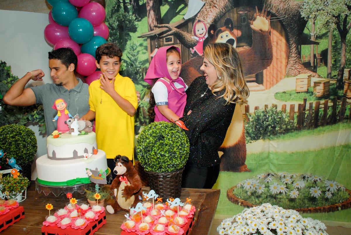 mãe e filha se diverte na hora do parabéns no buffet villa 18 alphaville, sao paulo, aniversario de valentina 4 anos tema da festa masha e o urso