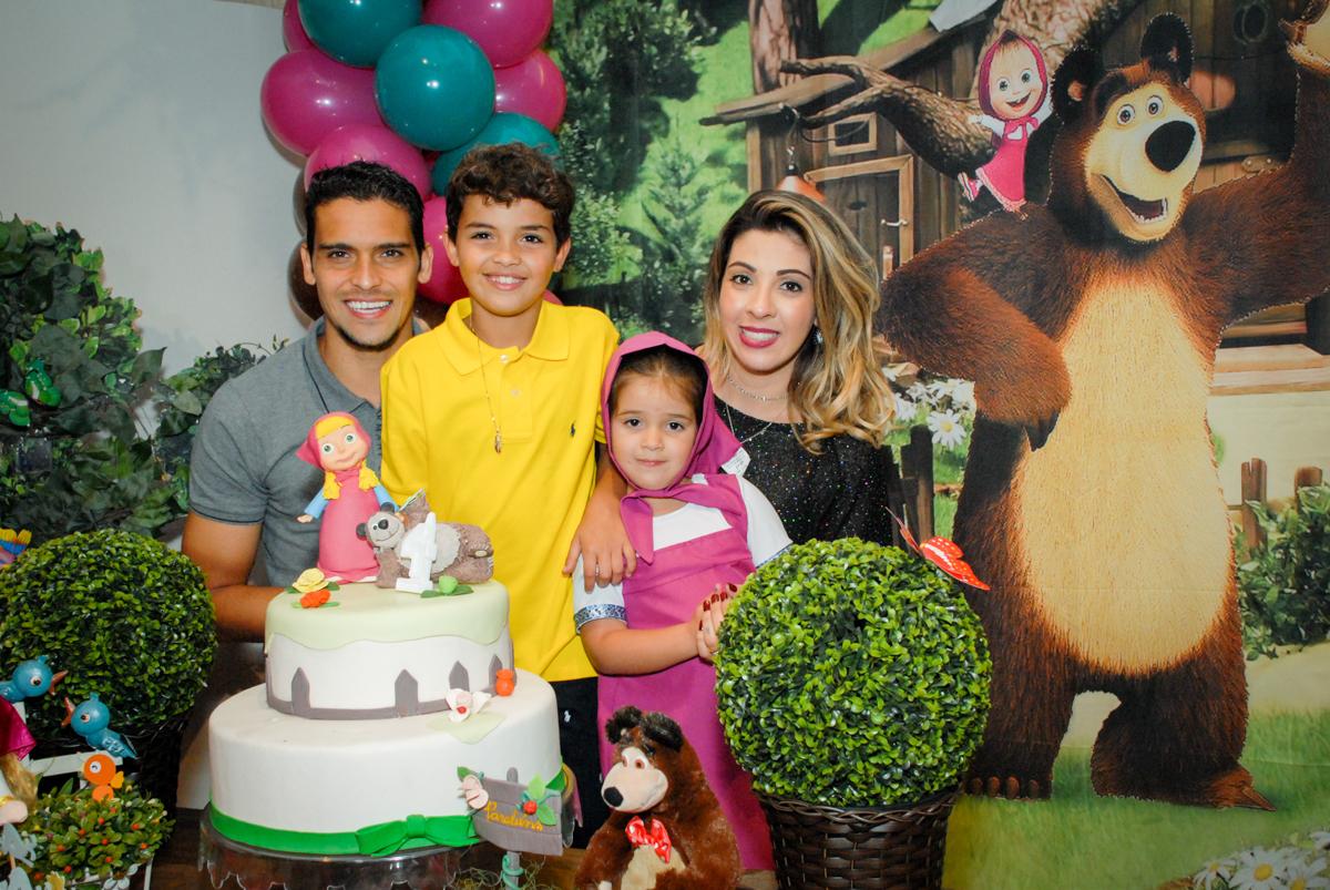 família posa para a foto no buffet villa 18 alphaville, sao paulo, aniversario de valentina 4 anos tema da festa masha e o urso