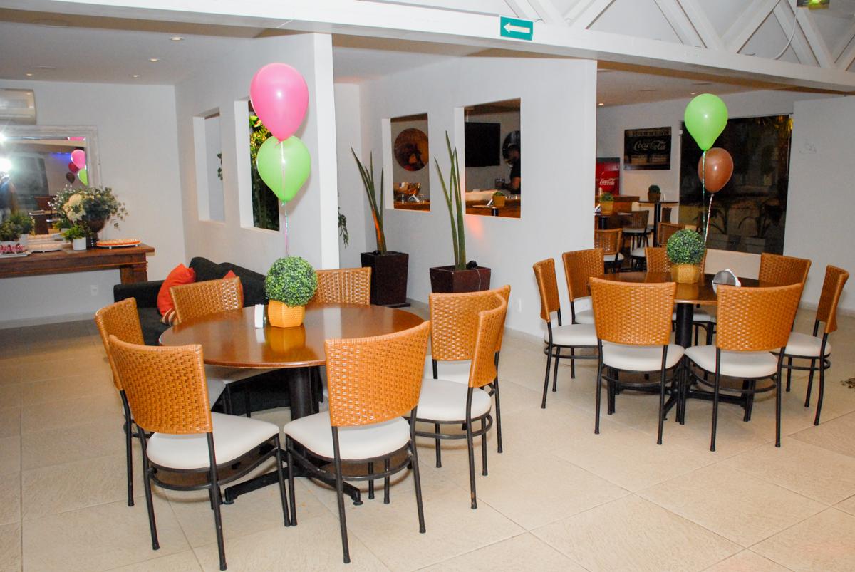 salão decorado com bexigas no buffet villa 18 alphaville, sao paulo, aniversario de valentina 4 anos tema da festa masha e o urso