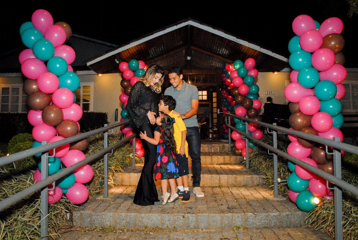 fotografia da familia em frente ao buffet villa 18 alphaville, sao paulo, aniversario de valentina 4 anos tema da festa masha e o urso