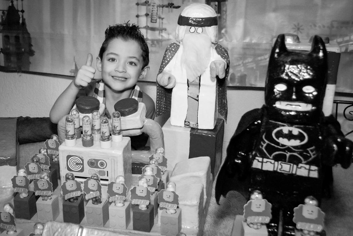 posando para a foto no Buffet Fábrica da Alegria, Morumbi, São Paulo, aniversário de Otávio 5 anos, tema da festa lego super heróis