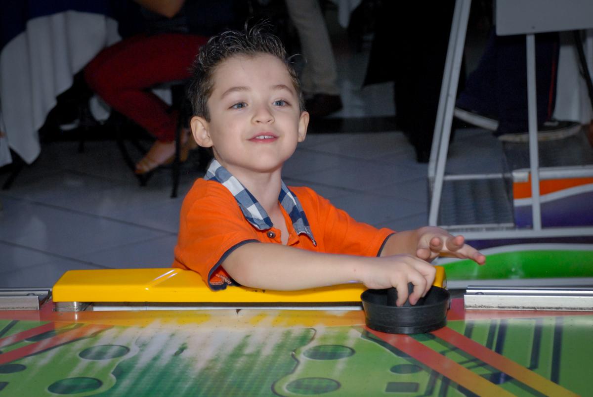 fazendo gol no adversário no Buffet Fábrica da Alegria, Morumbi, São Paulo, aniversário de Otávio 5 anos, tema da festa lego super heróis