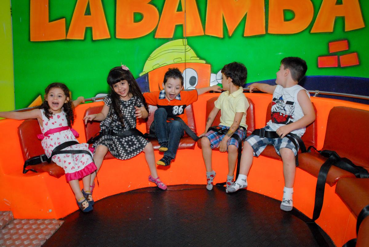 os amigos brincam no labamba no Buffet Fábrica da Alegria, Morumbi, São Paulo, aniversário de Otávio 5 anos, tema da festa lego super heróis
