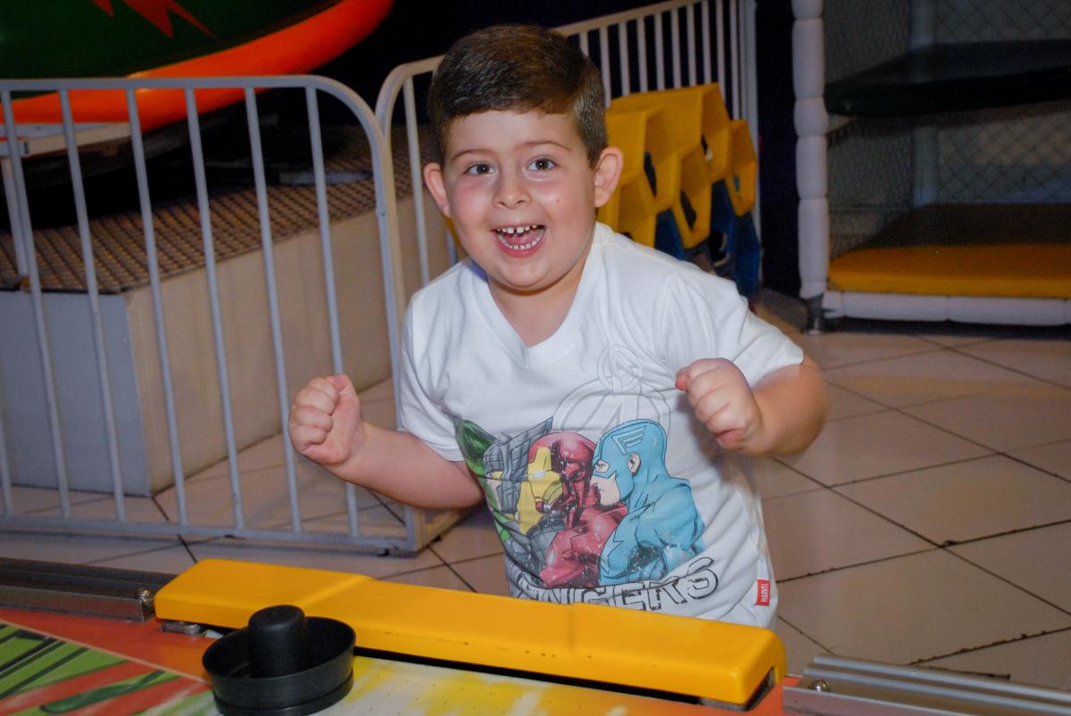 comemorando gol no Buffet Fábrica da Alegria, Morumbi, São Paulo, aniversário de Otávio 5 anos, tema da festa lego super heróis
