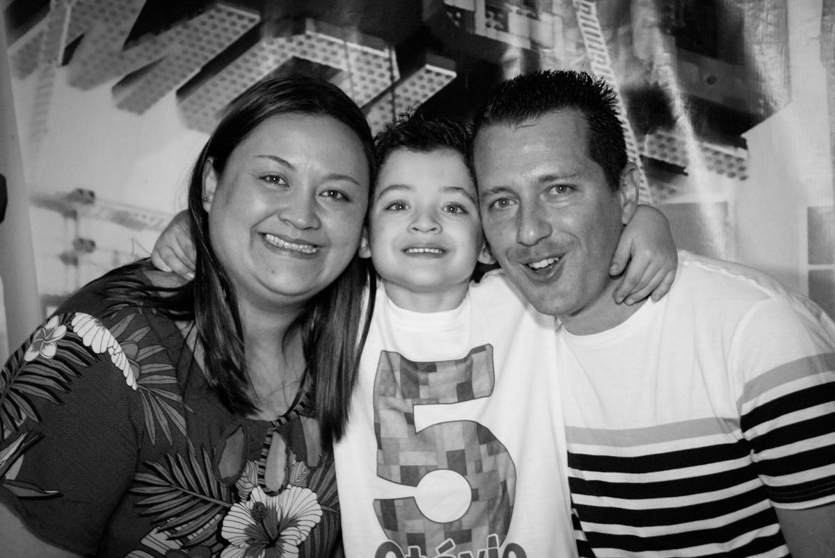 foto com os pais no Buffet Fábrica da Alegria, Morumbi, São Paulo, aniversário de Otávio 5 anos, tema da festa lego super heróis