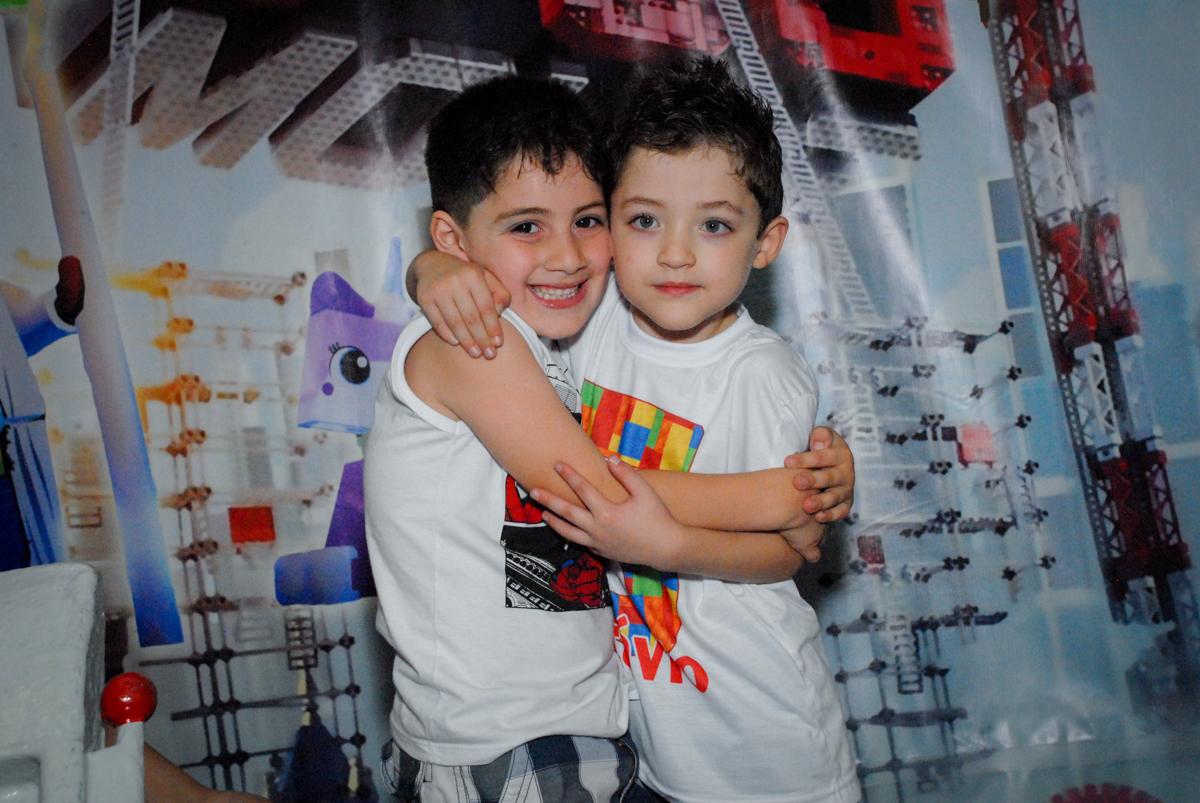 final da festa com abraços no Buffet Fábrica da Alegria, Morumbi, São Paulo, aniversário de Otávio 5 anos, tema da festa lego super heróis
