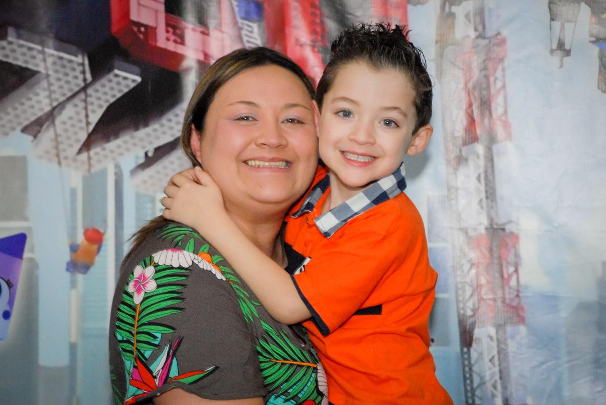 fotografia mãe e filho no Buffet Fábrica da Alegria, Morumbi, São Paulo, aniversário de Otávio 5 anos, tema da festa lego super heróis