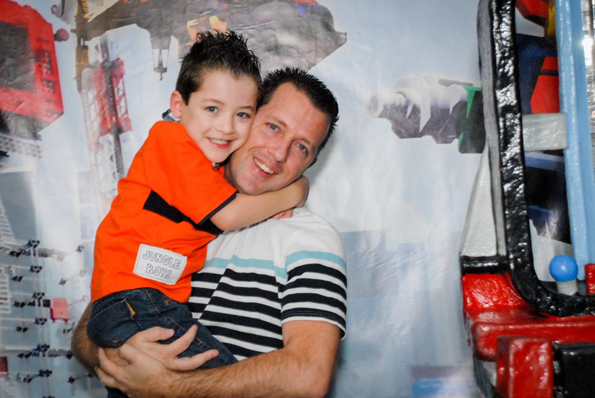 fotografia pai e filho no Buffet Fábrica da Alegria, Morumbi, São Paulo, aniversário de Otávio 5 anos, tema da festa lego super heróis