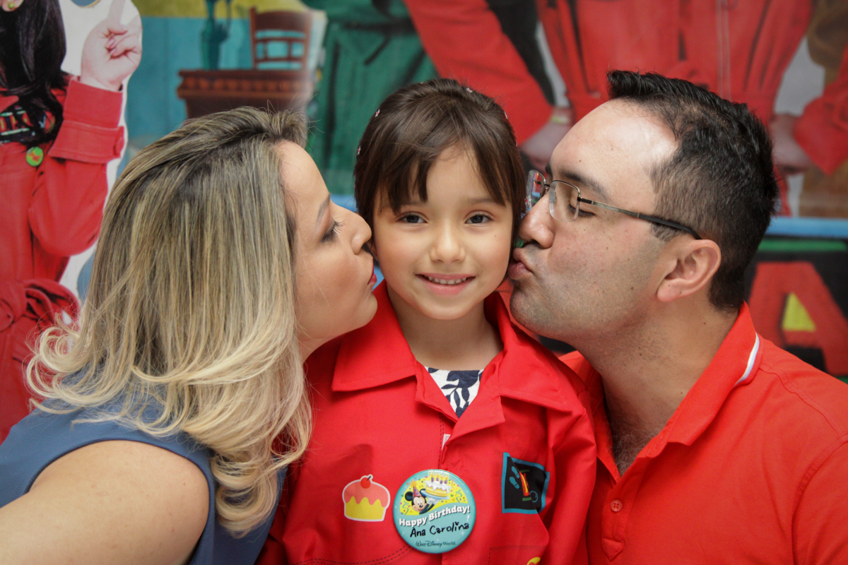 beijo sanduiche no buffet Fábrica da Alegria, Morumbi, São Paulo, aniversário de Ana Carolina, 6 anos. tema da festa detetives do predio azul