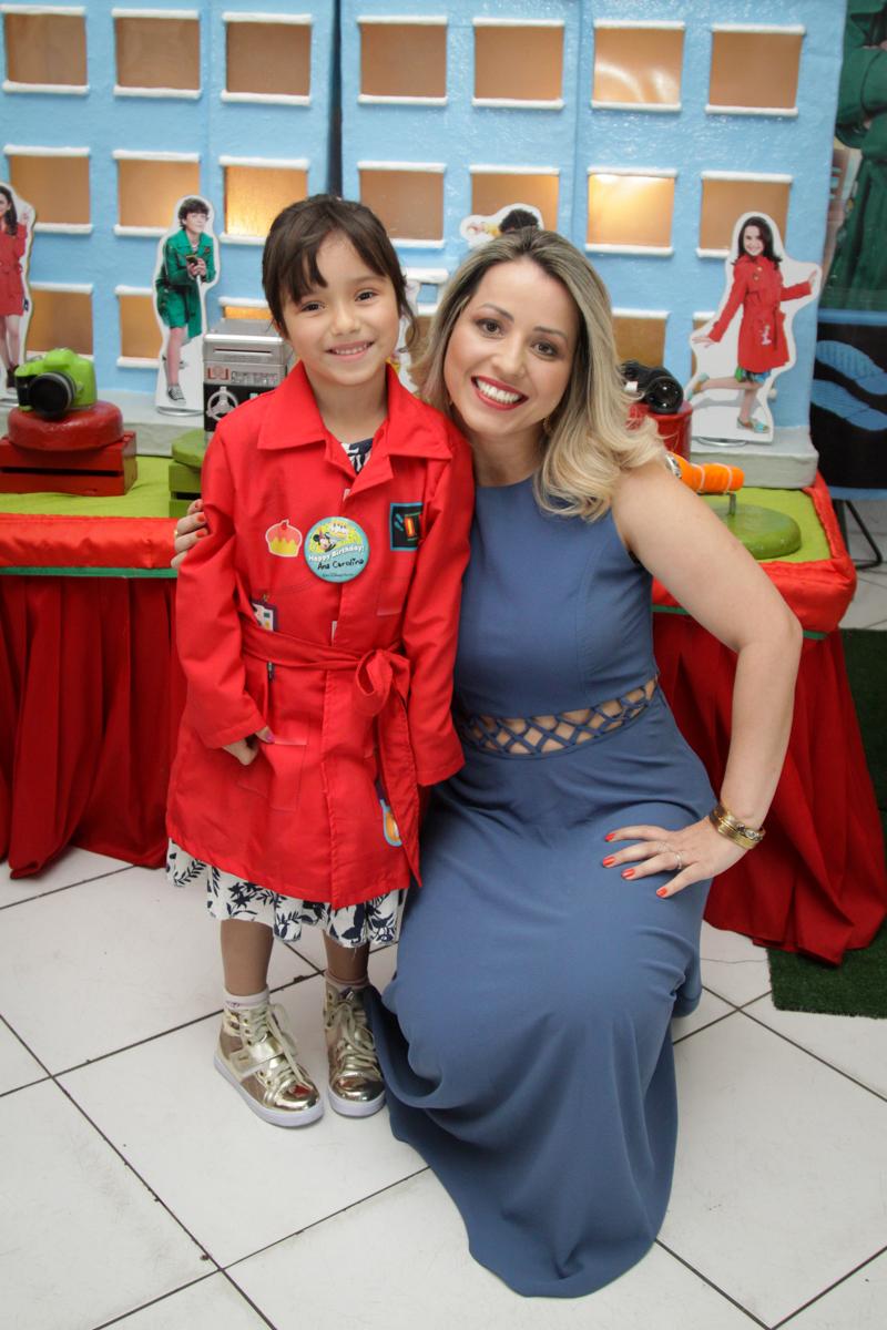 foto mãe e filha no buffet Fábrica da Alegria, Morumbi, São Paulo, aniversário de Ana Carolina, 6 anos. tema da festa detetives do predio azul