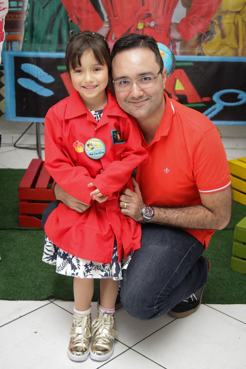 fot pai e filha no buffet Fábrica da Alegria, Morumbi, São Paulo, aniversário de Ana Carolina, 6 anos. tema da festa detetives do predio azul