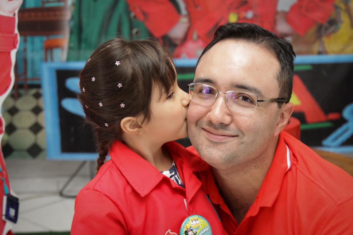 beijinho no pai no buffet Fábrica da Alegria, Morumbi, São Paulo, aniversário de Ana Carolina, 6 anos. tema da festa detetives do predio azul
