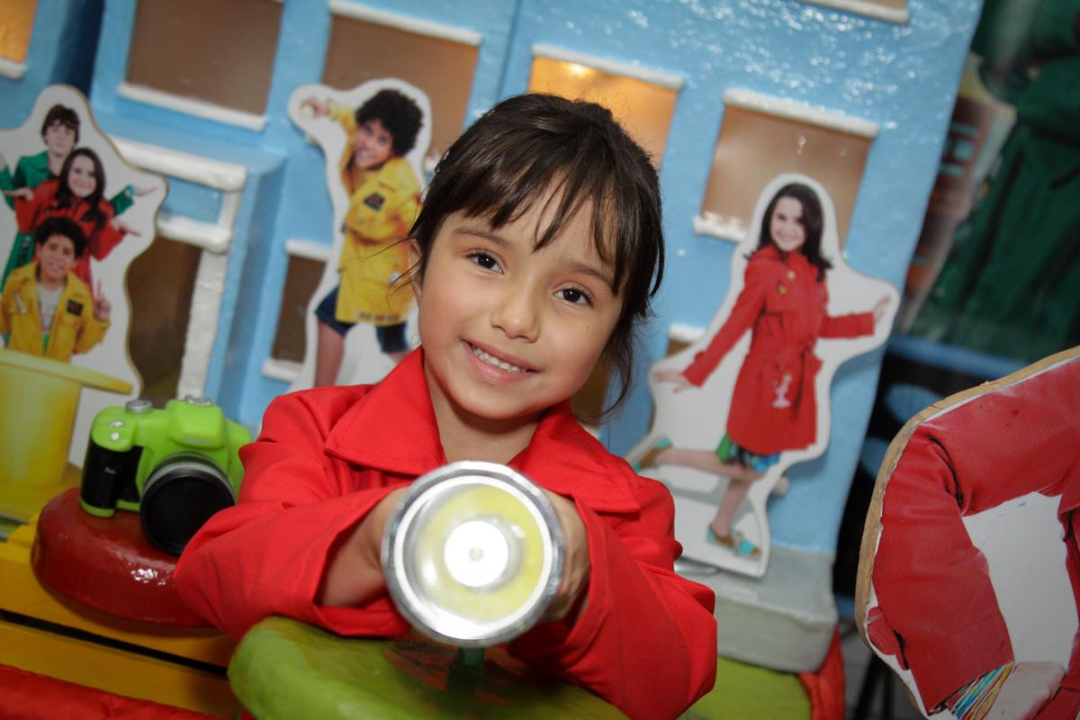 aniversariante feliz em sua festa no buffet Fábrica da Alegria, Morumbi, São Paulo, aniversário de Ana Carolina, 6 anos. tema da festa detetives do predio azul