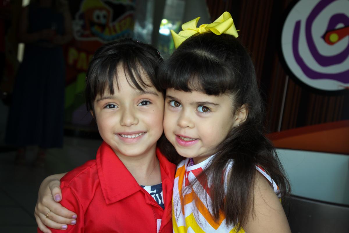 recebendo a amiga para sua festa no buffet Fábrica da Alegria, Morumbi, São Paulo, aniversário de Ana Carolina, 6 anos. tema da festa detetives do predio azul