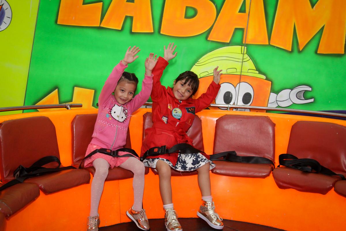 as amigas curtem o labamba no buffet Fábrica da Alegria, Morumbi, São Paulo, aniversário de Ana Carolina, 6 anos. tema da festa detetives do predio azul