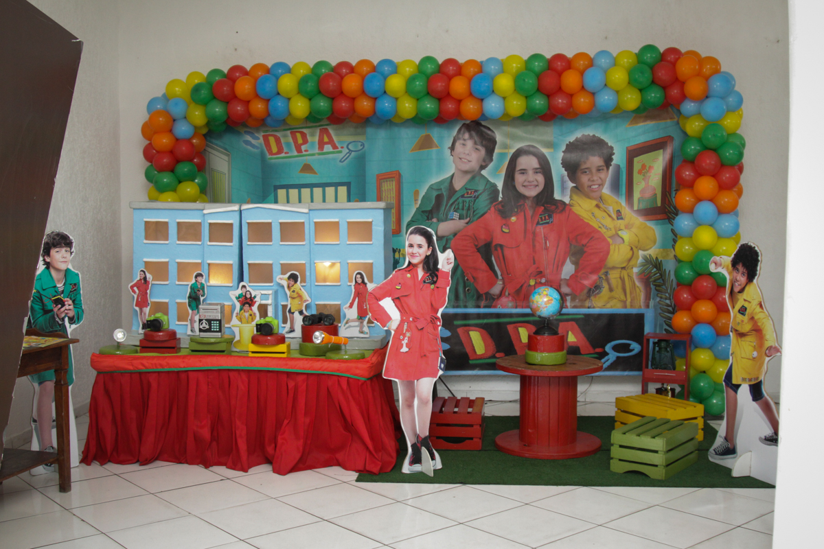 mesa decorada no buffet Fábrica da Alegria, Morumbi, São Paulo, aniversário de Ana Carolina, 6 anos. tema da festa detetives do predio azul