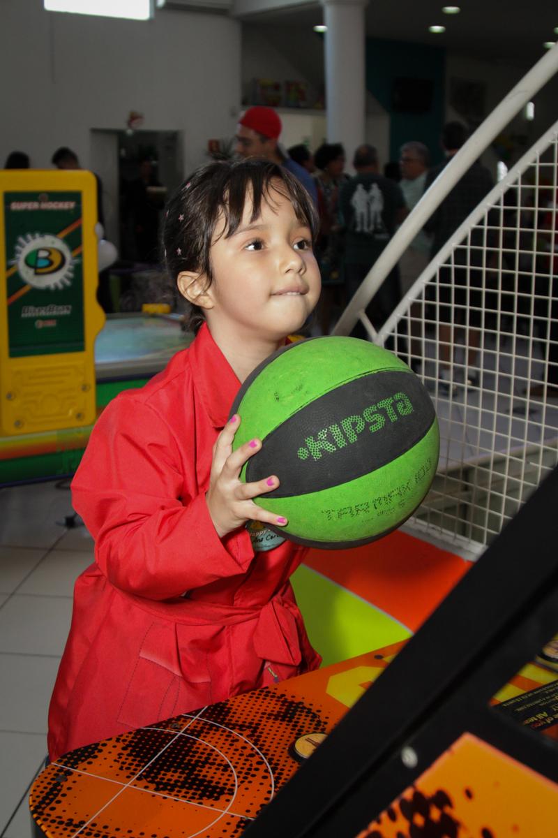 jogando basquete no buffet Fábrica da Alegria, Morumbi, São Paulo, aniversário de Ana Carolina, 6 anos. tema da festa detetives do predio azul