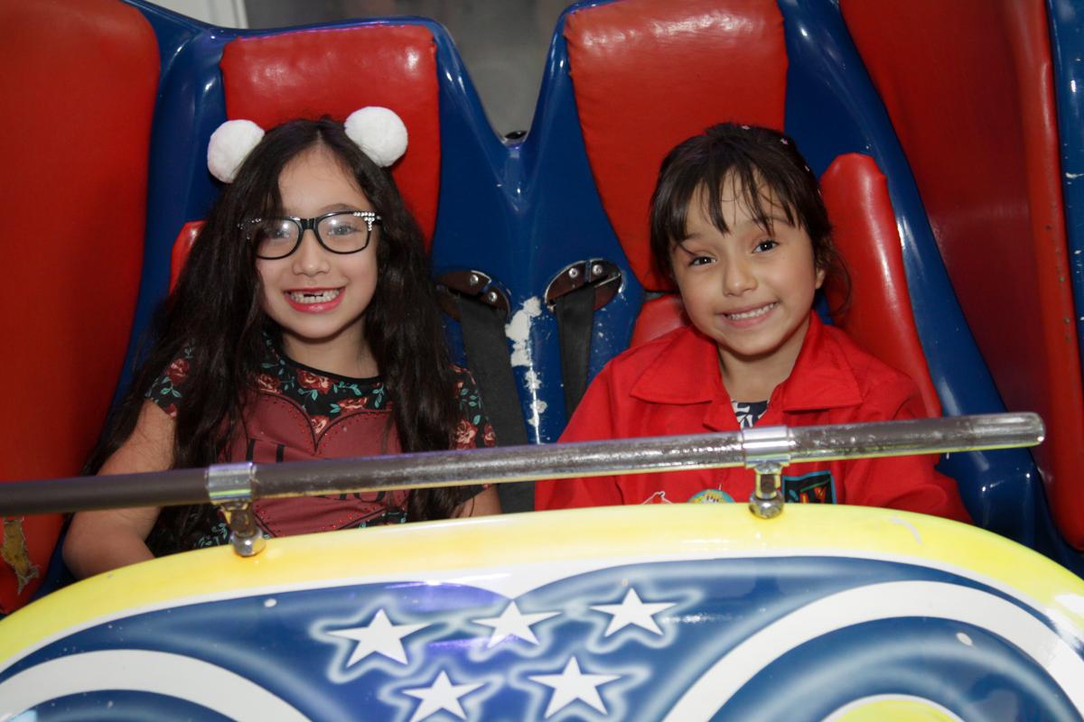 foto com a amiga no buffet Fábrica da Alegria, Morumbi, São Paulo, aniversário de Ana Carolina, 6 anos. tema da festa detetives do predio azul