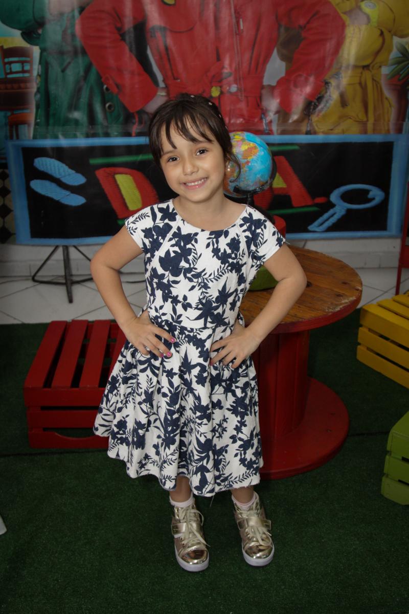 posando para a festa no buffet Fábrica da Alegria, Morumbi, São Paulo, aniversário de Ana Carolina, 6 anos. tema da festa detetives do predio azul