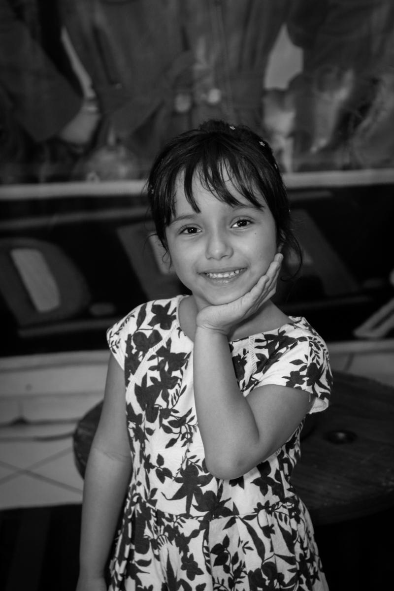 pose de princesa para a fotografia no buffet Fábrica da Alegria, Morumbi, São Paulo, aniversário de Ana Carolina, 6 anos. tema da festa detetives do predio azul
