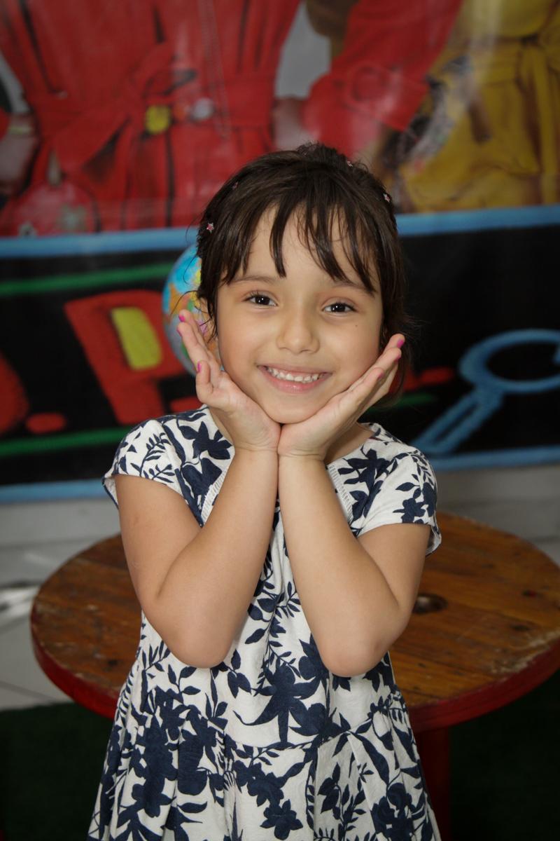 princesa linda posa para a foto no buffet Fábrica da Alegria, Morumbi, São Paulo, aniversário de Ana Carolina, 6 anos. tema da festa detetives do predio azul