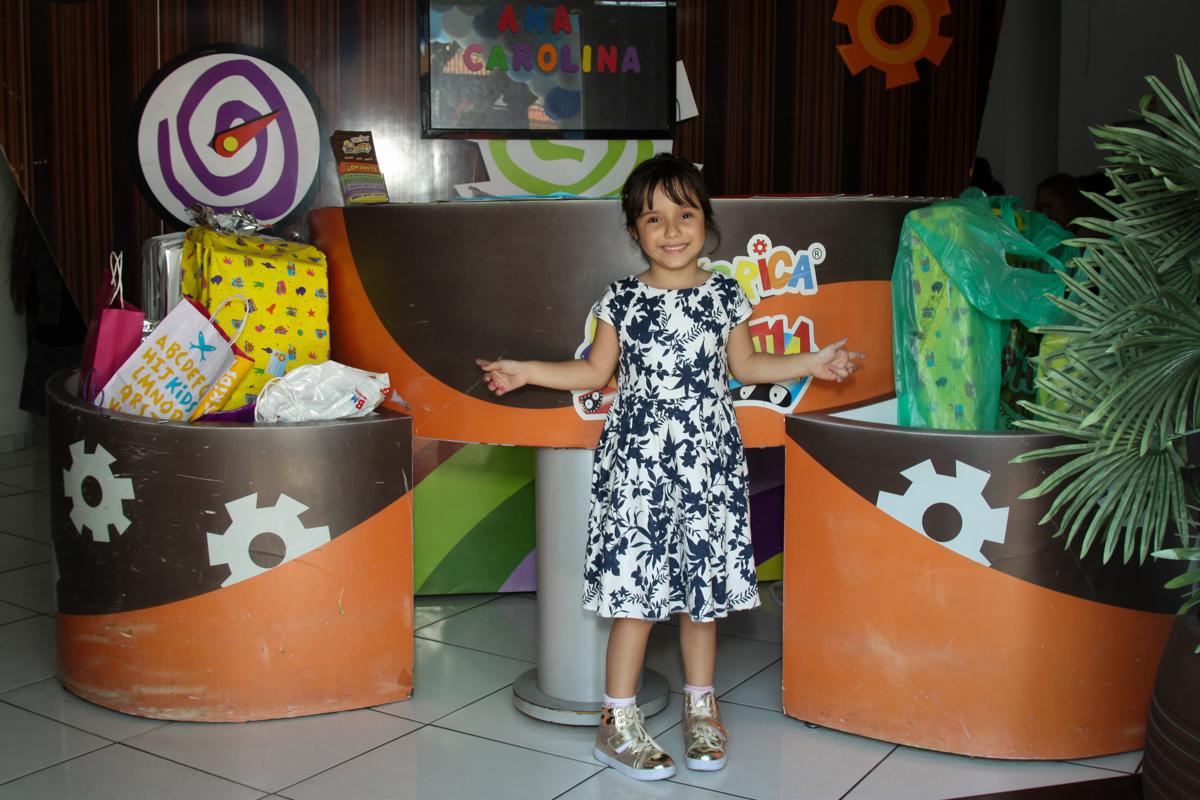 animada com os presentes que ganhou no buffet Fábrica da Alegria, Morumbi, São Paulo, aniversário de Ana Carolina, 6 anos. tema da festa detetives do predio azul