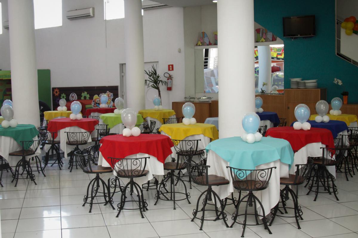 mesas decoradas com bexigas no buffet Fábrica da Alegria, Morumbi, São Paulo, aniversário de Ana Carolina, 6 anos. tema da festa detetives do predio azul