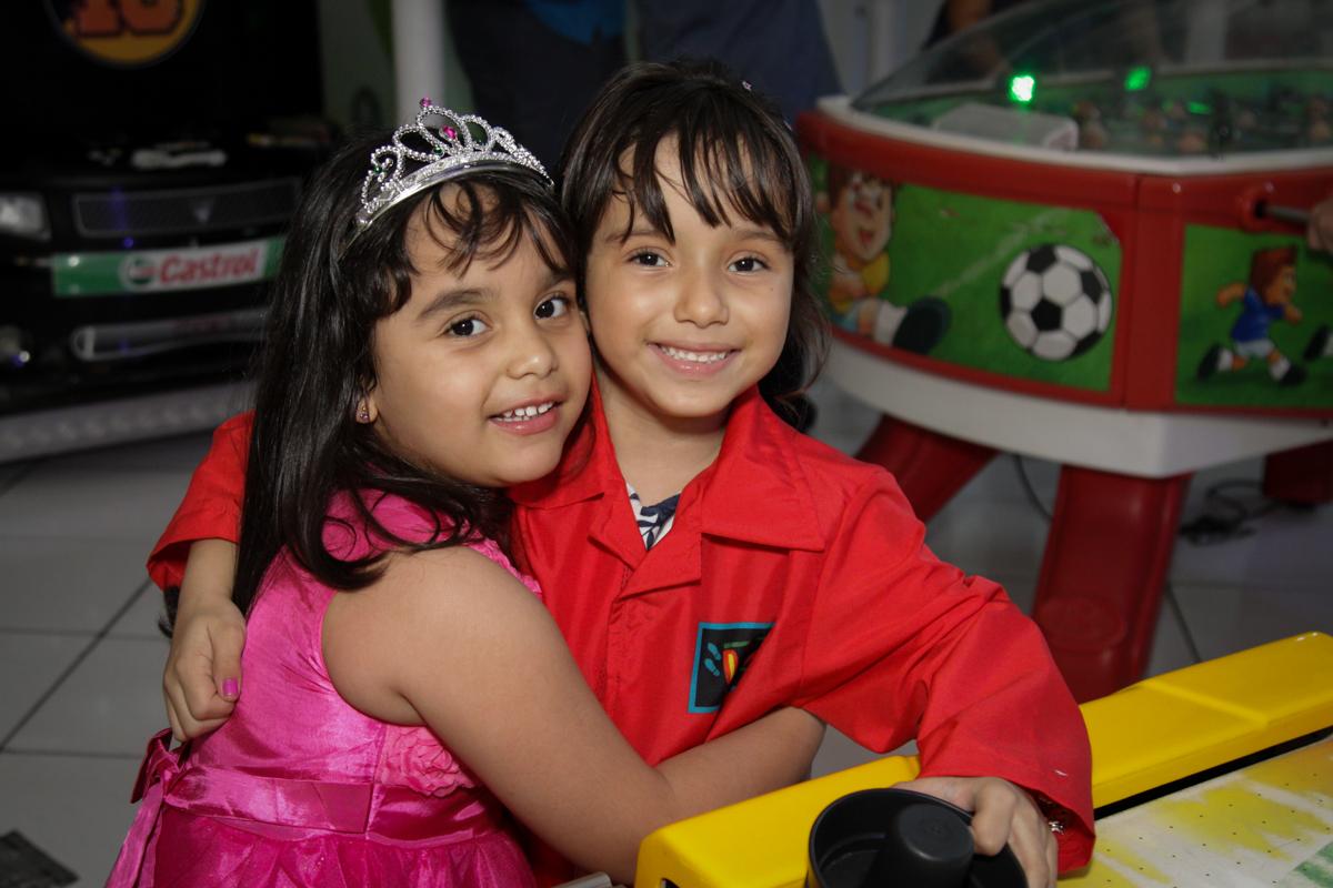 abraço na amiga no buffet Fábrica da Alegria, Morumbi, São Paulo, aniversário de Ana Carolina, 6 anos. tema da festa detetives do predio azul