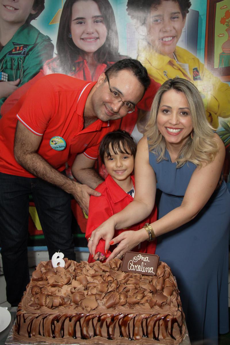 cortando o bolo no buffet Fábrica da Alegria, Morumbi, São Paulo, aniversário de Ana Carolina, 6 anos. tema da festa detetives do predio azul