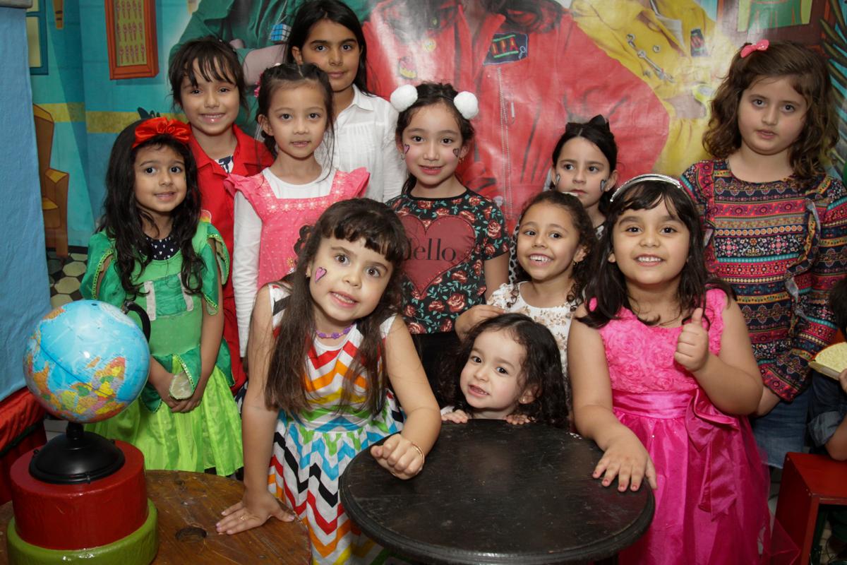 foto com todas as amigas no buffet Fábrica da Alegria, Morumbi, São Paulo, aniversário de Ana Carolina, 6 anos. tema da festa detetives do predio azul
