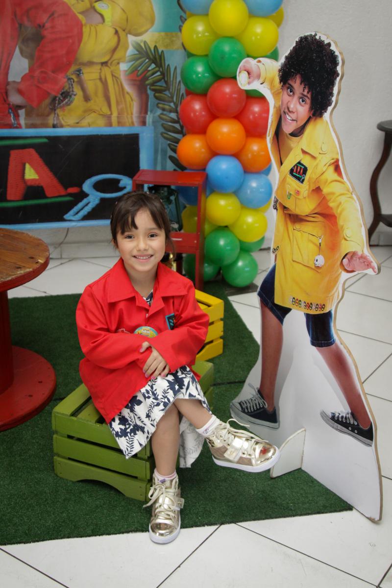 fotografia da aniversariante no buffet Fábrica da Alegria, Morumbi, São Paulo, aniversário de Ana Carolina, 6 anos. tema da festa detetives do predio azul