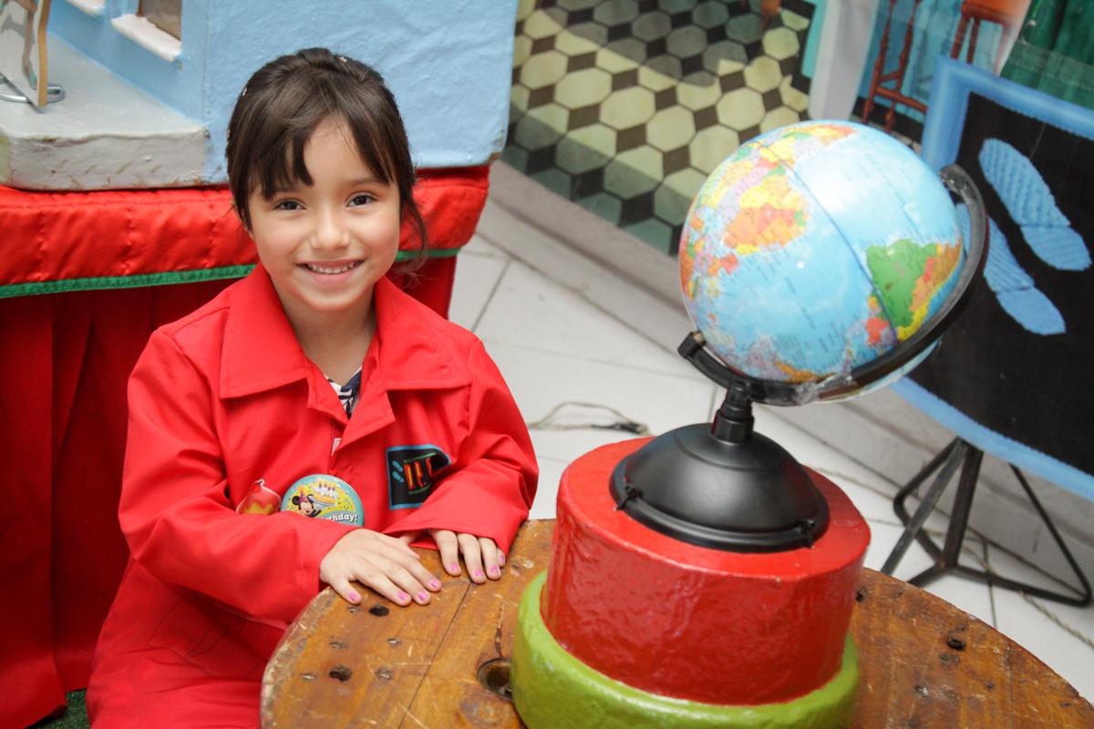 foto da aniversariante na mesa decorada no buffet Fábrica da Alegria, Morumbi, São Paulo, aniversário de Ana Carolina, 6 anos. tema da festa detetives do predio azul