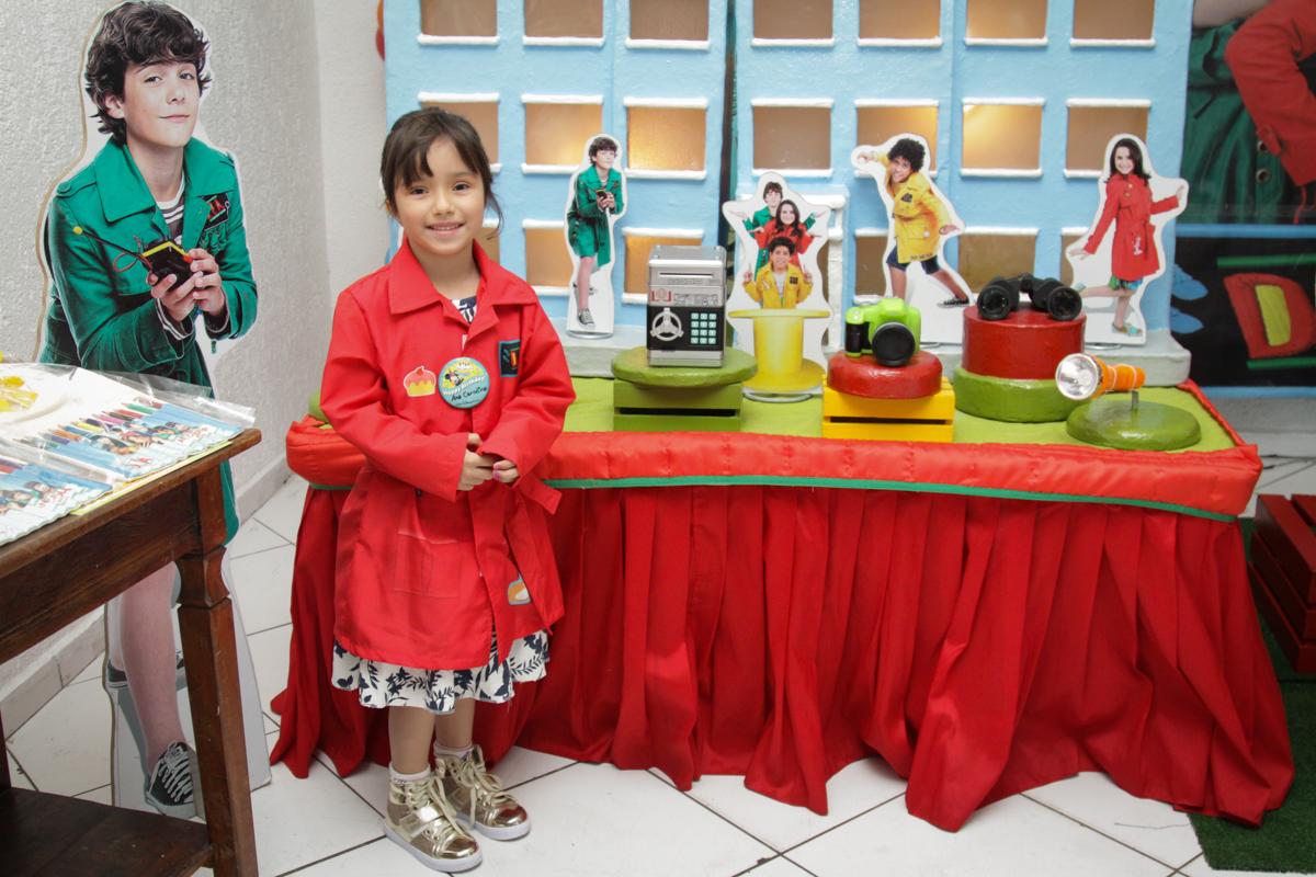 pose de princesa para a foto no buffet Fábrica da Alegria, Morumbi, São Paulo, aniversário de Ana Carolina, 6 anos. tema da festa detetives do predio azul