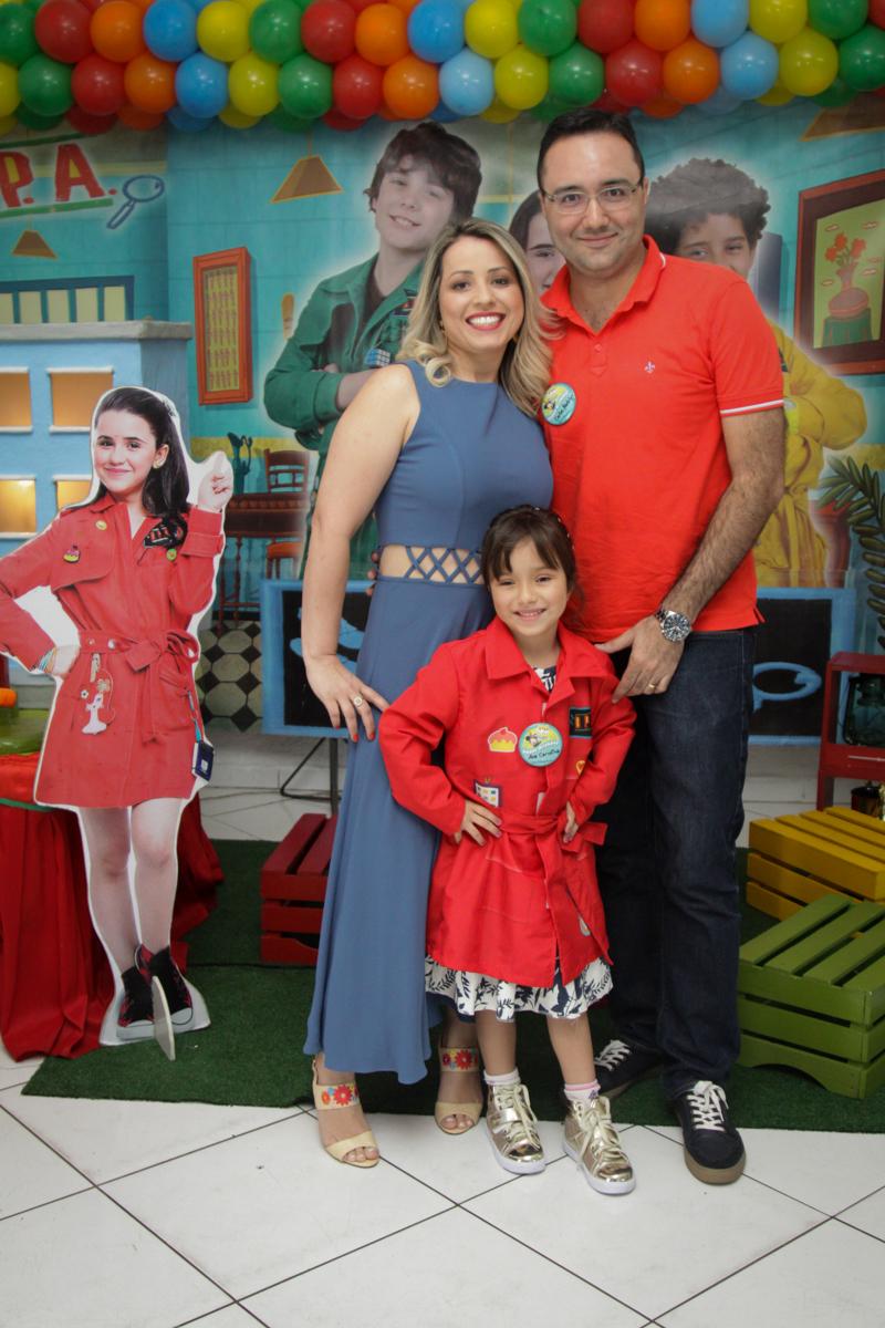 fotografia da aniversariante com os pais no buffet Fábrica da Alegria, Morumbi, São Paulo, aniversário de Ana Carolina, 6 anos. tema da festa detetives do predio azul