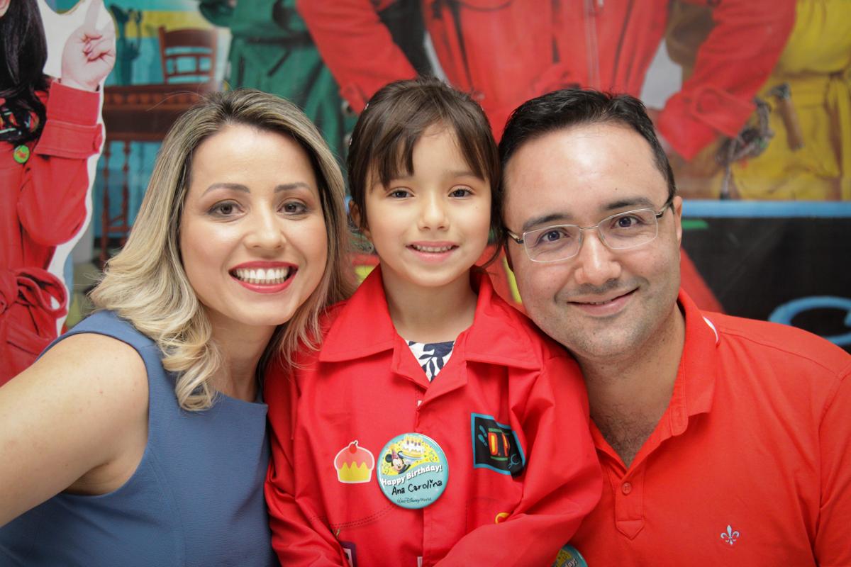 foto com os pais no buffet Fábrica da Alegria, Morumbi, São Paulo, aniversário de Ana Carolina, 6 anos. tema da festa detetives do predio azul