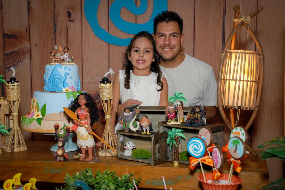 fotografia pai e filha no Buffet Fábrica da Alegria, Osasco São Paulo aniversário de Rafaela 5 anos, tema da festa Moana