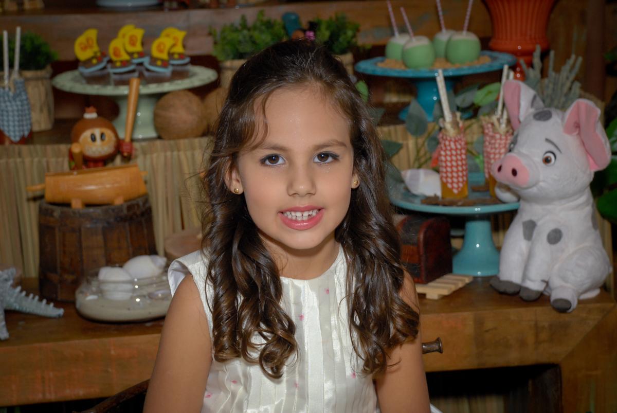 foto de close da aniversariante no Buffet Fábrica da Alegria, Osasco São Paulo aniversário de Rafaela 5 anos, tema da festa Moana