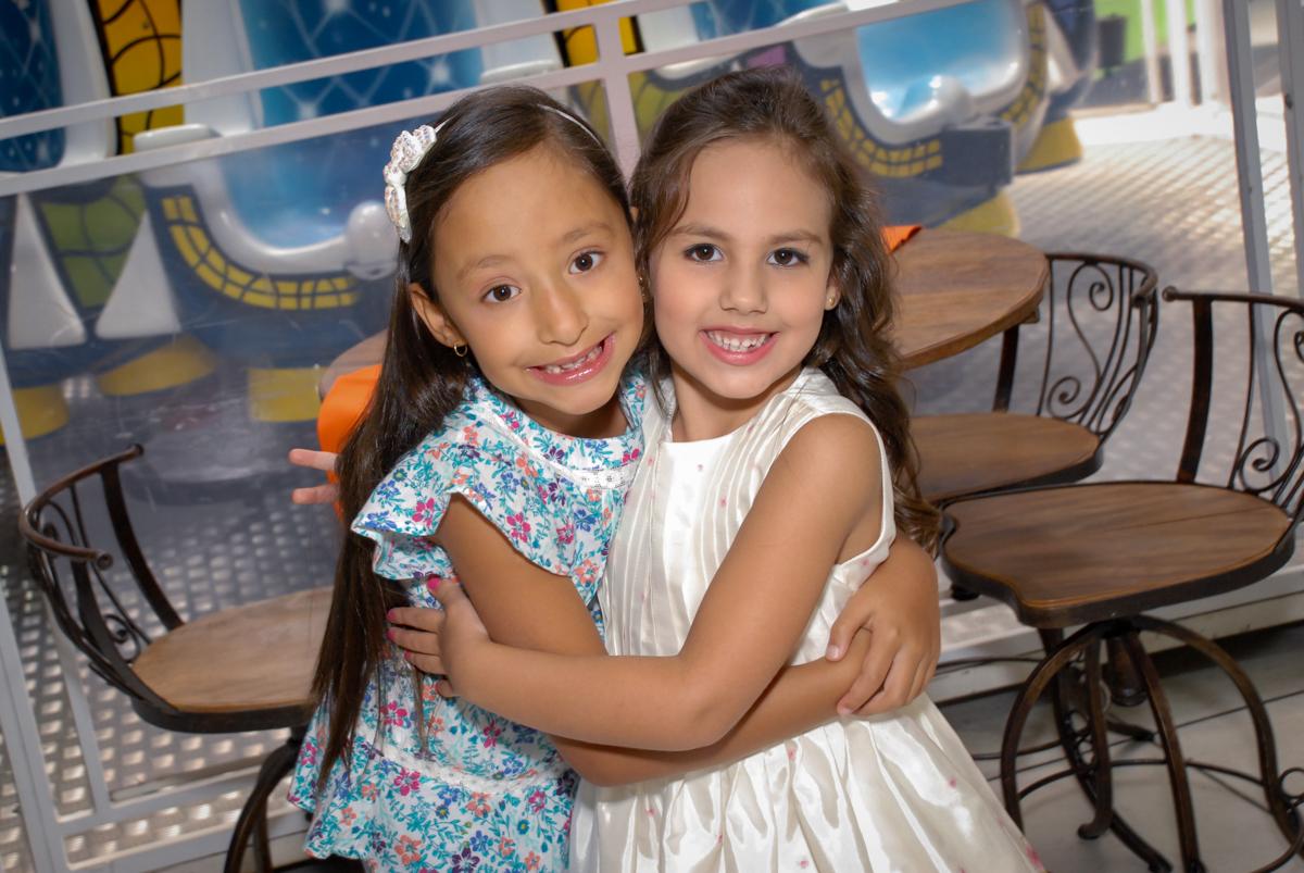 recebendo a amiga em sua festa no Buffet Fábrica da Alegria, Osasco São Paulo aniversário de Rafaela 5 anos, tema da festa Moana