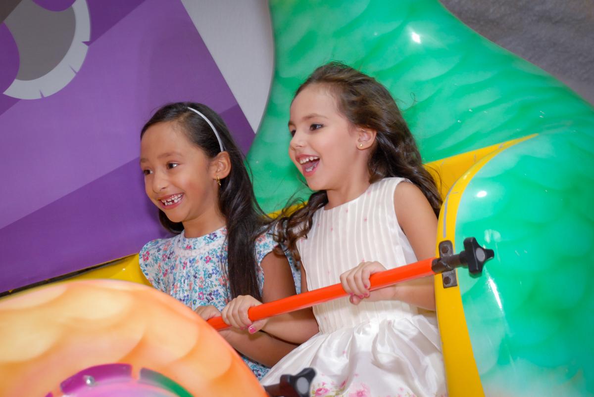 brincando no barco vick no Buffet Fábrica da Alegria, Osasco São Paulo aniversário de Rafaela 5 anos, tema da festa Moana