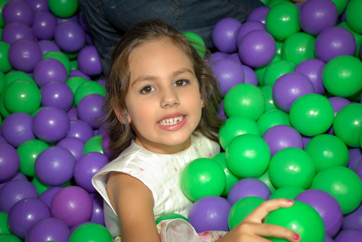 curtição na piscina de bolinha no Buffet Fábrica da Alegria, Osasco São Paulo aniversário de Rafaela 5 anos, tema da festa Moana